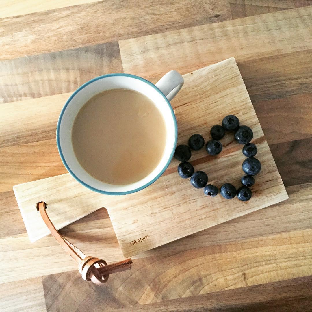 Guten Morgen mit Kaffee und Heidelbeerherz! Habt einen wundervollen Taghellip